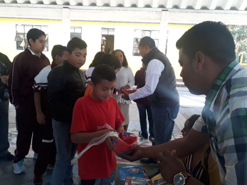 Realizamos la entrega de juguetes a alumnos de las escuelas
